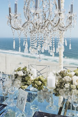 mirrored-table-with-pillar-candles-and-chandelier