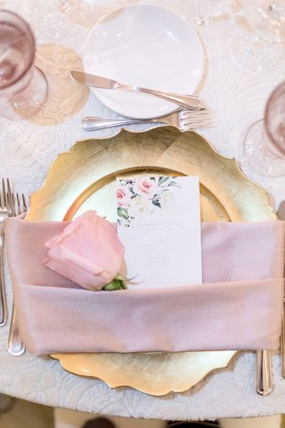 wedding-reception-place-setting-gold-charger-plate-pink-napkin-blush-rose-and-flower-print-menu