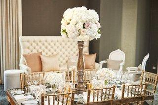 tall-rose-centerpiece-with-high-base-on-table-with-gold-chiavari-chairs