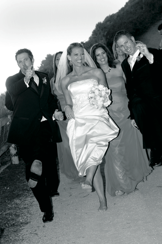 black-and-white-photo-of-wedding-party-with-couple