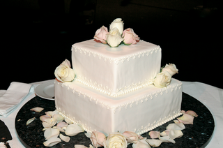 two-layer-wedding-cake-with-square-layers-and-fresh-roses
