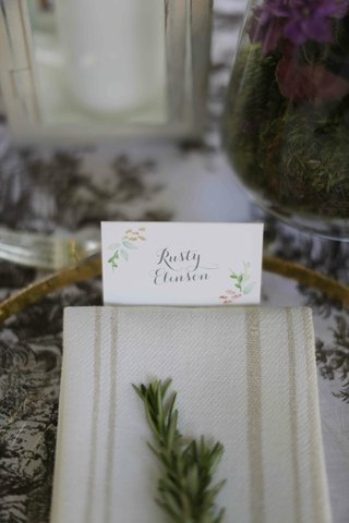 calligraphy-escort-card-with-colorful-watercolor-painting