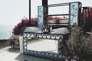 oceanfront-bartop-with-geometric-mirror-design