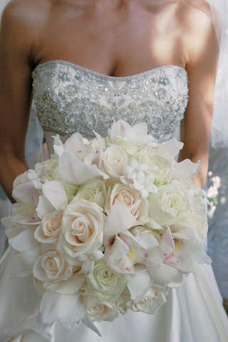 white-bouquet-of-roses-orchids-and-stephanotis-with-touches-of-pink