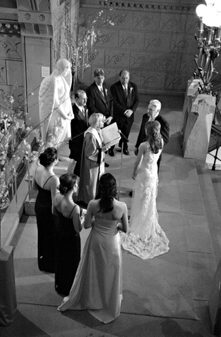 black-and-white-photo-of-bride-and-groom-exchanging-vows-at-the-pennsylvania-academy-of-the-fine-art