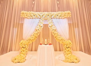 ceremony-altar-with-white-curtains-and-yellow-roses-at-the-drake-hotel