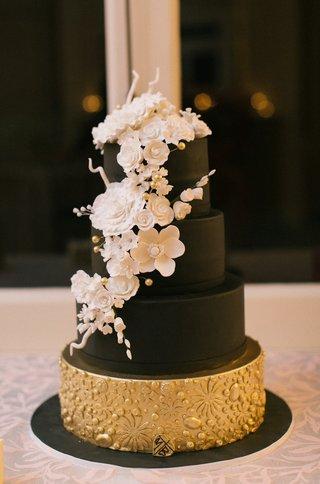 black-wedding-cake-with-fake-layers-white-sugar-flowers