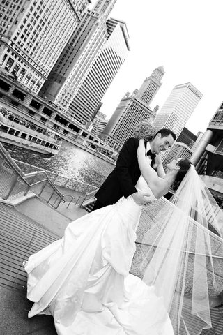 black-and-white-photo-of-bride-and-groom-in-chicago