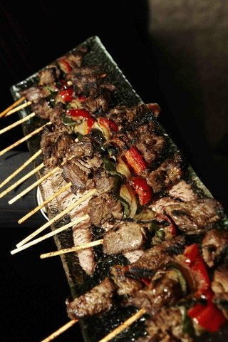 passed-appetizers-at-wedding-steak-and-red-pepper-kebab