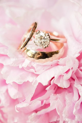 yellow-gold-engagement-ring-with-round-cut-diamond