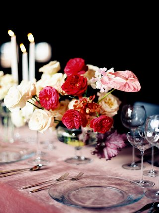centerpiece-with-white-roses-red-garden-roses-and-pink-anthurium-blossoms-pink-velvet-linens-wine