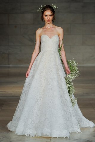 reem-acra-fall-2018-strapless-lace-gown-with-sweetheart-neckline