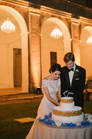 bride-and-groom-cut-italian-wedding-cake