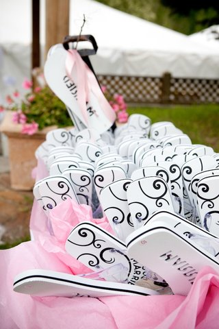 flip-flop-wedding-favors-with-just-married-on-sole