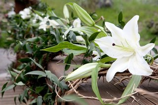 white-lilies-greenery-and-branch-outdoor-decorations