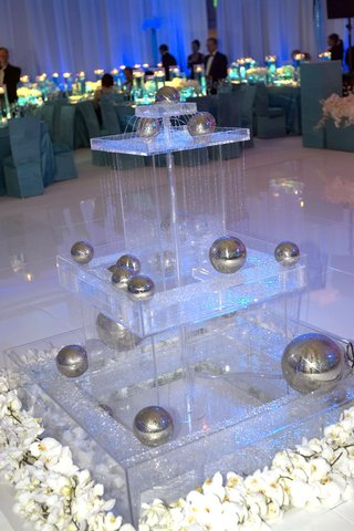glass-fountain-with-silver-balls-and-white-flowers