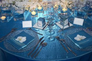 blue-tablecloth-with-blue-napkins-and-sliver-charger-plates