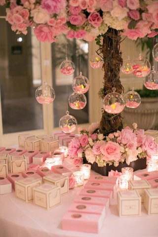 personal-sized-cupcake-and-macaron-wedding-favors