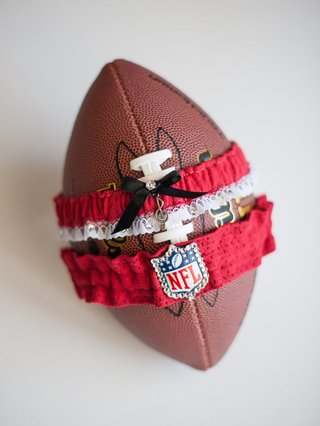 bride-wedding-day-garter-nfl-logo-music-note-red-jersey-material-atlanta-falcons-levine-toilolo