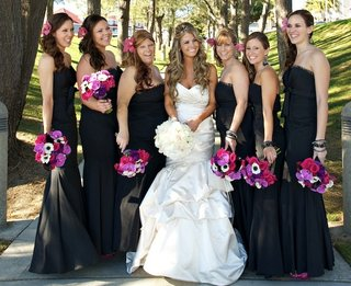 bride-with-bridesmaids-holding-fuchsia-bouquets