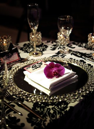 crystal-chargers-and-damask-tablecloth