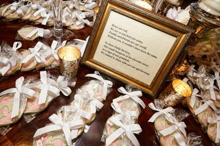 monogrammed-cookies-as-wedding-favors
