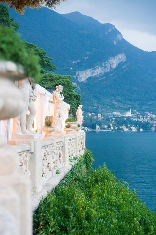 wedding-venue-with-sculptures-overlooking-lake-como