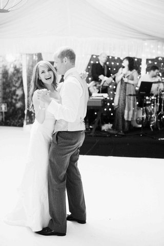 black-and-white-photo-of-first-dance-in-lake-como