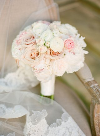 brides-bouquet-of-white-and-light-pink-flowers
