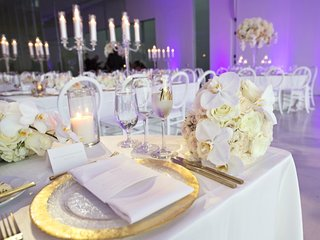 hammered-charger-with-gold-trim-sweetheart-table-with-orchids