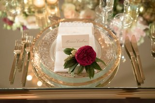 single-flower-at-place-setting-wedding-guest-reception-seat-gold-charger-plate-gilt-flatware-mirror