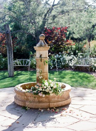 wedding-ceremony-outdoor-venue-vista-california-flowers-fresh-in-fountain