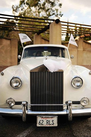 ivory-vintage-car-with-just-married-flags
