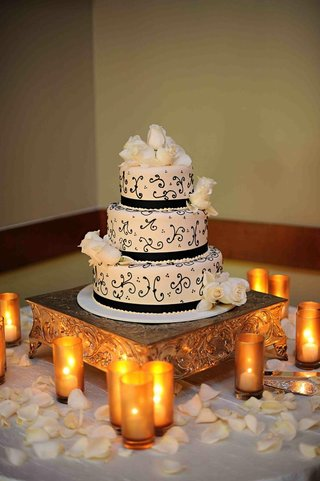 portos-bakery-three-layer-cake-with-roses