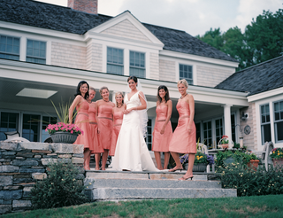 bride-and-bridesmaids-in-front-of-connecticut-manor