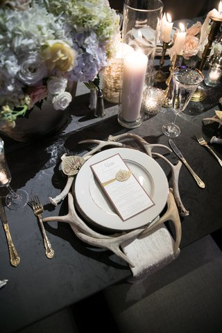 rustic-wedding-table-setting-antlers-acting-as-charger-plates
