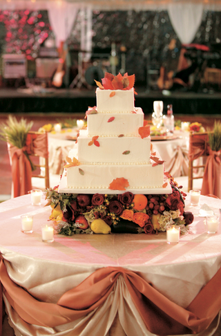 fall-leaf-decorated-white-wedding-cake-on-harvest-fruit-stand