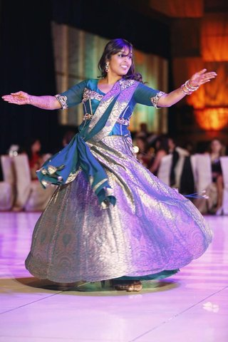 indian-bride-dances-at-reception-in-a-silver-and-blue-lehenga