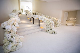 beverly-hills-hotel-wedding-entrance-stairway-with-bannisters-covered-in-flowers