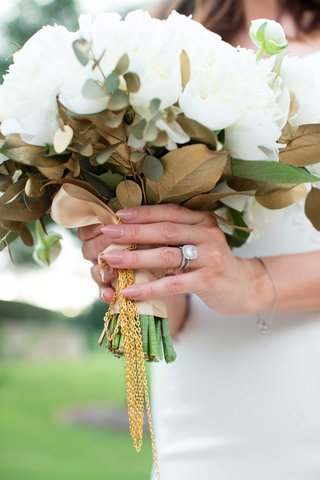 ranunculus-cream-peonies-bay-leaves-bouquet-with-gold-chain-heidi-mueller-wedding