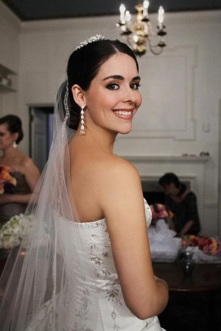 bride-with-fall-makeup-and-earrings-tiara-and-veil