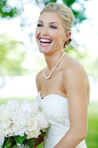 blonde-bride-with-pink-lips-and-natural-eye-makeup