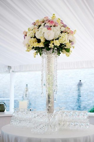 wedding-bar-flower-centerpiece-with-roses-and-hydrangeas