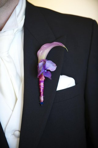 lavender-boutonniere-on-groom-lapel-with-calla-lily