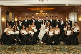 bride-and-groom-with-many-bridesmaids-and-groomsmen-at-four-seasons