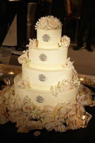 round-wedding-cake-with-crystal-brooch-and-fresh-rose