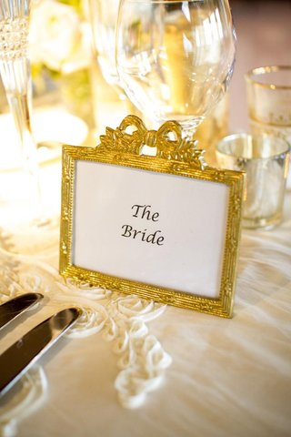 gold-details-at-brides-place-setting