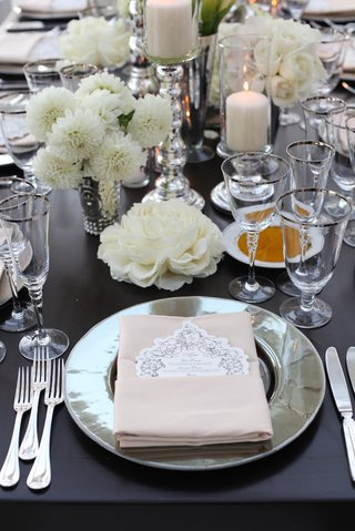 metallic-charger-plate-with-white-dahlias-and-rose