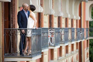 couple-kissing-on-balcony-in-lake-como-italy
