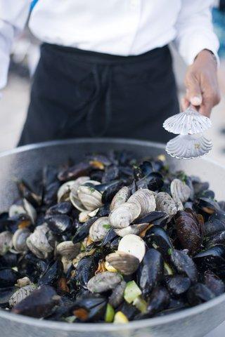 seasoned-mussels-in-big-bowl